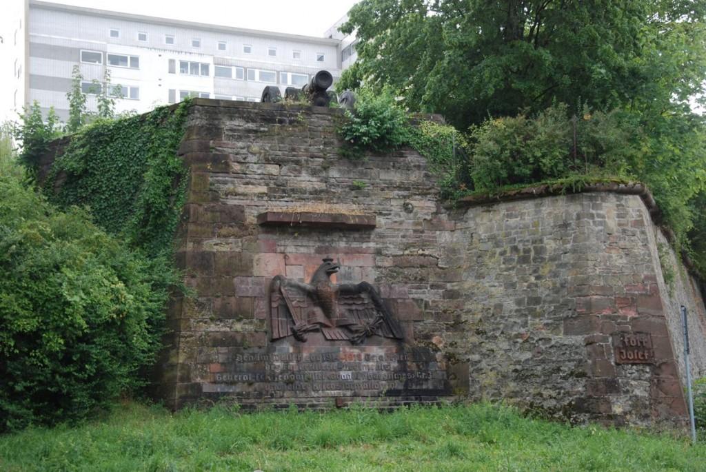 Denkmal-mit-Kanone-1024x685